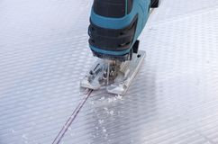 Резать лист поликарбоната зигзагом автомата для резки стоковое фото rf