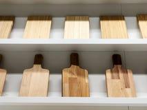 Резать мелет разнообразие деревянные доски Высекаенные доски различных форм проданы в магазине Стоковое фото RF