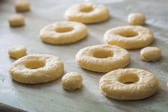Резать от свежего теста традиционно и очень вкусных donuts Стоковое Фото