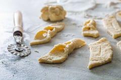 Резать от свежих donuts теста сладостных и вкусных Стоковое Фото