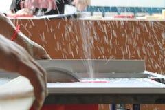 Резать пластичный материал круглыми пилами Стоковая Фотография