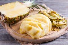 Резать свежий ананас на разделочной доске Стоковая Фотография