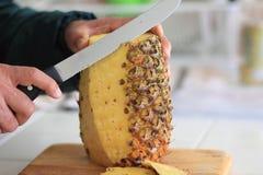 Резать свежий ананас Стоковые Изображения