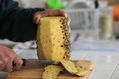 Резать свежий ананас Стоковое Фото
