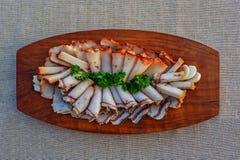 Резать свежий бекон на деревянном подносе Концепция тучной еды стоковая фотография