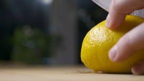 Резать свежий распыляя лимон акции видеоматериалы