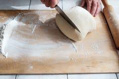 Резать сырцовое тесто в муке с концом-вверх ножа рук Стоковые Фотографии RF