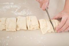 Резать сырцовое тесто Стоковая Фотография RF