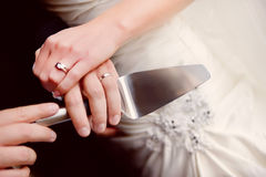 Резать торт венчания Стоковые Изображения