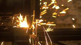 Резать толстую железную автоматическую пилу сток-видео