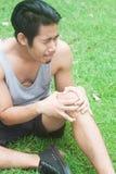Резвитесь бегун ушиба мышцы человека с болями в мышцах в колене Стоковые Изображения RF