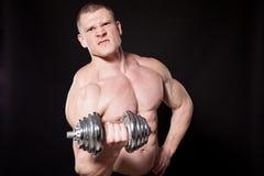 Резвитесь гантели мышц строения культуриста спортсмена стоковые фото