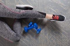 Резвитесь девушка фитнеса с гантелями - на предпосылке бирюзы Стоковые Изображения