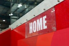 Резвитесь ` дома ` знака на стене в центре ratiocination Знак прозрачен с белыми характерами на красной предпосылке стоковое фото rf