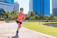 Резвитесь женщина бежать в парке benjakitti в Бангкоке стоковое изображение rf