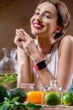 Резвитесь женщина с умным вахтой и здоровой едой Стоковые Изображения