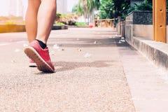 Резвитесь, идя человек в парке, здоровый образ жизни Стоковая Фотография