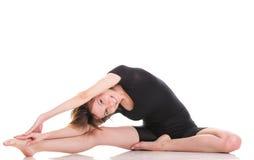 Резвитесь молодая женщина делая тренировку изолированную на белизне стоковое изображение rf
