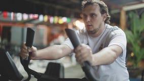 Резвитесь ноги человека закручивая педали велотренажера в спортзале 1920x1080 сток-видео