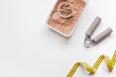 резвитесь оборудование питания и фитнеса диеты, бары и насмешка взгляд сверху предпосылки ленты измерения белая вверх Стоковые Изображения RF