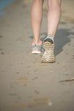 Резвитесь обувь, следы ноги песка и ноги закрывают вверх Ноги d бегуна Стоковая Фотография