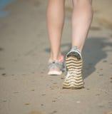 Резвитесь обувь, следы ноги песка и ноги закрывают вверх Ноги d бегуна Стоковые Изображения RF