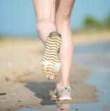 Резвитесь обувь, следы ноги песка и ноги закрывают вверх Стоковое Фото