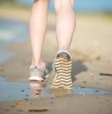 Резвитесь обувь, следы ноги песка и ноги закрывают вверх Стоковые Фотографии RF