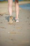 Резвитесь обувь, следы ноги песка и ноги закрывают вверх Стоковые Фото