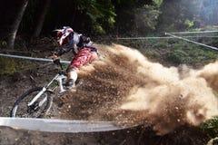 Резвитесь след крайности и потехи велосипедиста горы гонки покатый Стоковое фото RF