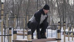 Резвитесь человек скача на стенд на тренировке crossfit на земле спорта внешней стоковая фотография