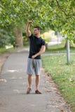 Резвитесь человек протягивая на парке - концепции фитнеса Стоковые Фотографии RF