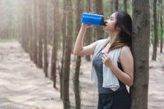 Резвитесь drin красивой тренировки образа жизни девушки молодой женщины здоровое Стоковые Фото