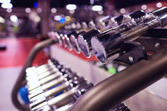 Резвит весы гантелей в интерьере спортзала Стоковая Фотография RF