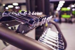 Резвит весы гантелей в спортзале Стоковая Фотография RF