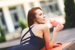 Резвит девушка лежа на половике Стоковое Фото