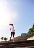 Резвит женщина бежать вверх на деревянных лестницах стоковое фото