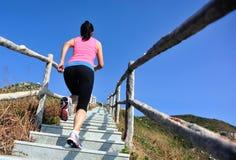 Резвит женщина бежать на лестницах горы Стоковая Фотография