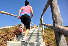 Резвит женщина бежать на лестницах горы Стоковые Изображения RF