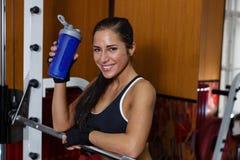 Резвит женщина в спортзале. стоковые фото