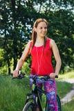 Резвит женщина с велосипедом на прогулке Стоковая Фотография RF