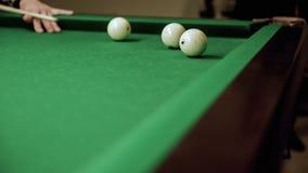 Резвит игра биллиардов Дуновение на шарике биллиарда сток-видео