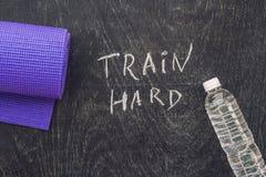 Резвит мотивационный текст Поезд крепко на доске мела стоковые фото