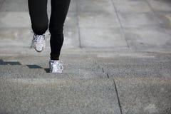 Резвит ноги женщины бежать на лестницах Стоковое Фото