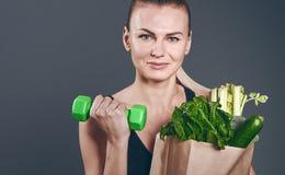 Резвит питание Девушка с овощами стоковые фотографии rf