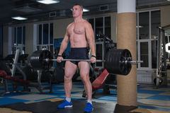 Резвит предпосылка Молодой спортсмен получая готовый для тренировки поднятия тяжестей Стоковая Фотография RF
