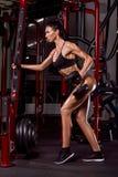 Резвит тренировка девушки в спортзале стоковое фото rf