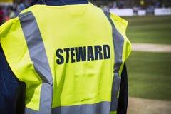Резвит управляющий мимо соорудите внутри высоко viz куртку Стоковые Изображения RF