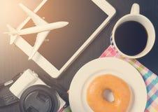 Резервирование путешественника строгая в кафе кофе в винтажном тоне Стоковое фото RF