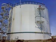 Резервуары очищения для ненужной воды образования Система хранения и очищение сточных водов в нефтяном объекте стоковая фотография rf